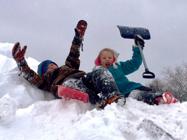 kids-on-snowmound
